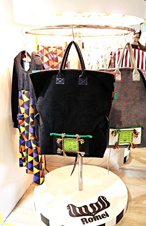 洋服だけでなく、この2WAYバッグもかわいい♪