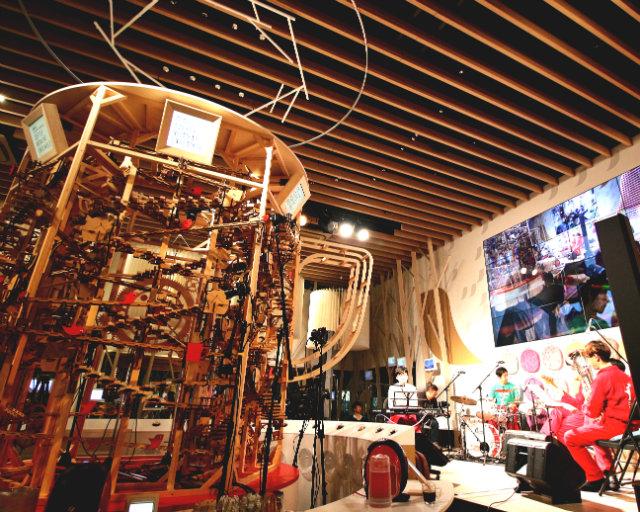 蓮沼執太さんと木製ピタゴラ楽器が共演