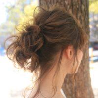 夏のヘアアレンジは女らしく仕上がるシニヨンで