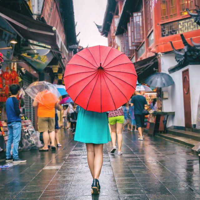 雨の田舎町でも旅を楽しむことができますか?